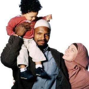 https://beritaunikseru.files.wordpress.com/2011/12/b6217-muslim_family.jpg